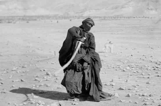 687px-Bedouin_sword_dance (1)